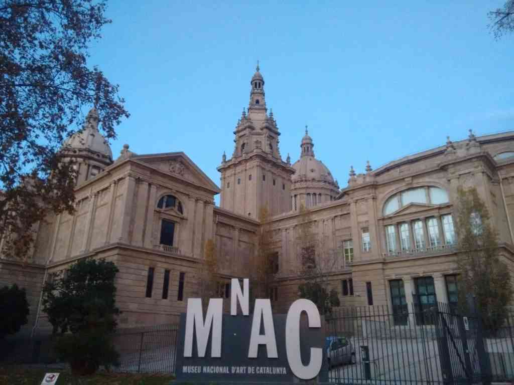 Foto: Vista exterior traseira do prédio do Museu Nacional d'Art da Catalunya