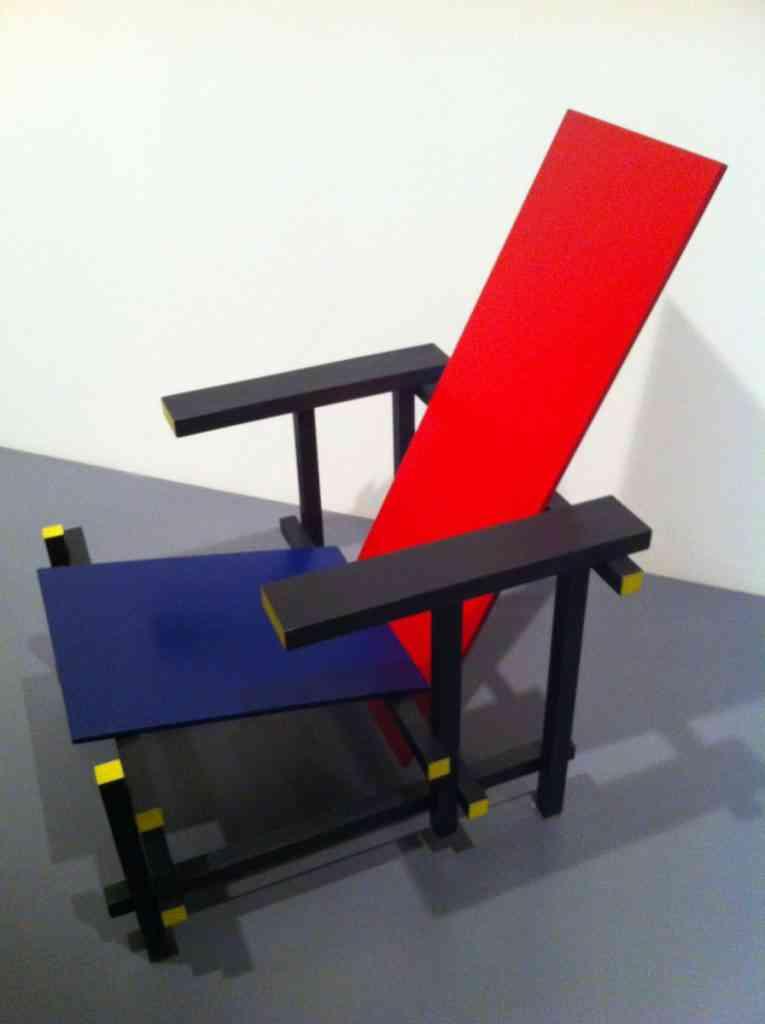 Cadeira azul e vermelha Gerrit Rietveld. Fonte: 4ed.cc