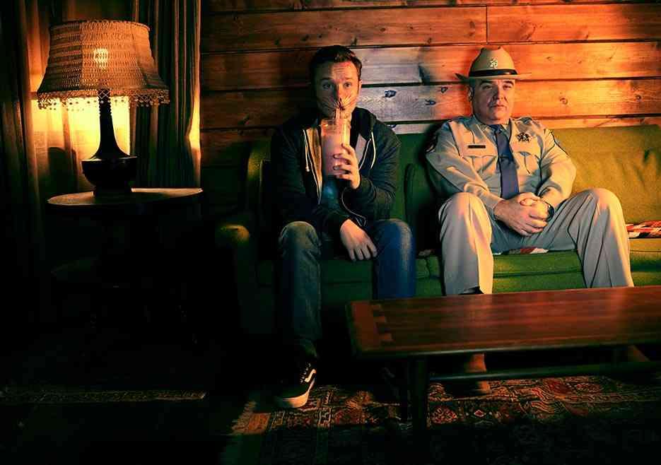 Eugene, interpretado por Ian Collettu, ao lado do pai, o xerife Hugo Root, interpretado por W. Earl Brown. (crédito: Lewis Jacobs/Sony Pictures Televsion/AMC)