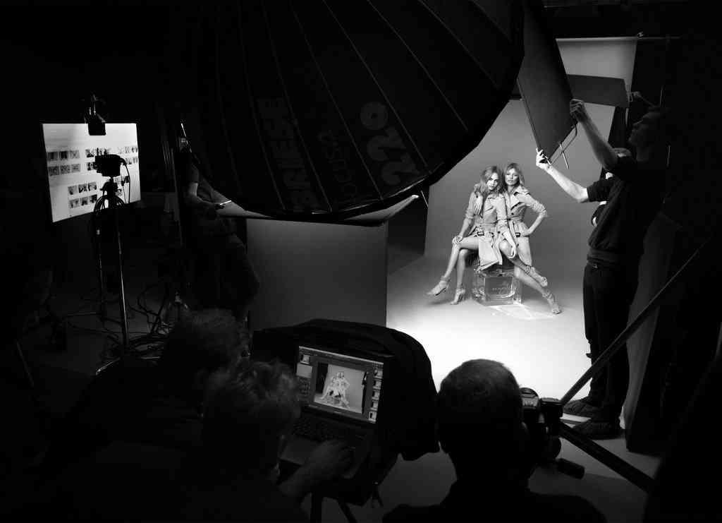 Testino fotografou a campanha da Burberry com as tops Kate Moss e Cara Celevingne.