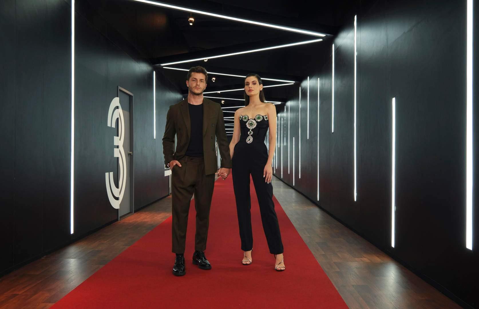 Camila Queiroz e Klebber Toledo ao lado das cabines de encontro do reality Casamento às Cegas