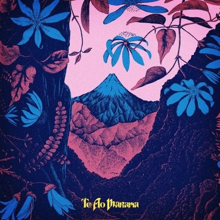 """Capa do EP """"Te Ao Mārama"""" da cantora neozelandesa Lorde. Uma floresta subtropical em tons de azul e roxo com uma montanha ao centro, cercada pelas flores das árvores. O título do álbum, em amarelo, está centralizado pequeno embaixo."""